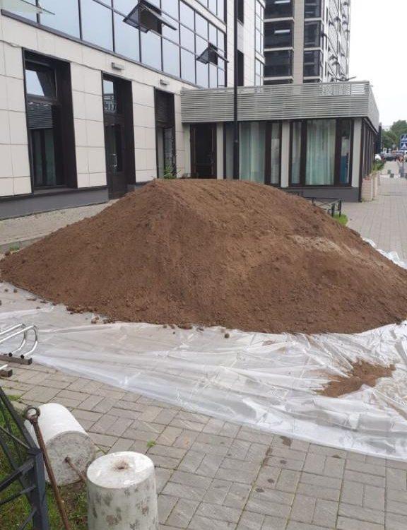 Поставка растительного грунта в МФК Салют для обустройства газона